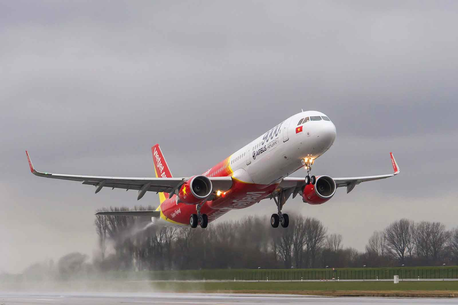 Airbus delivery 9000th aircraft to VietJetAir Airline takes delivery of first A321