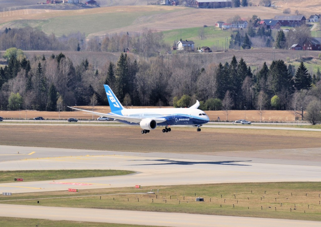Boeing 787 Dreamliner makes Norwegian debut landing in Oslo